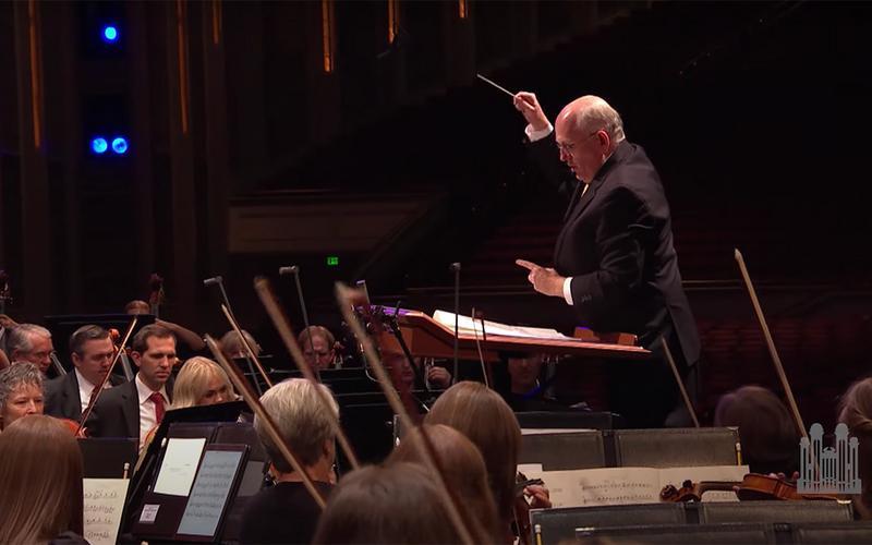 диригент руководи оркестром