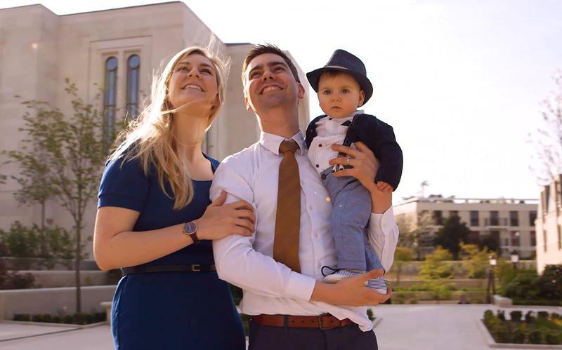 eine Familie steht beisammen und schaut aufwärts