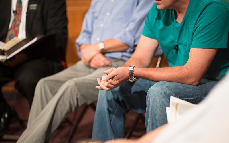 Männer sitzen beieinander
