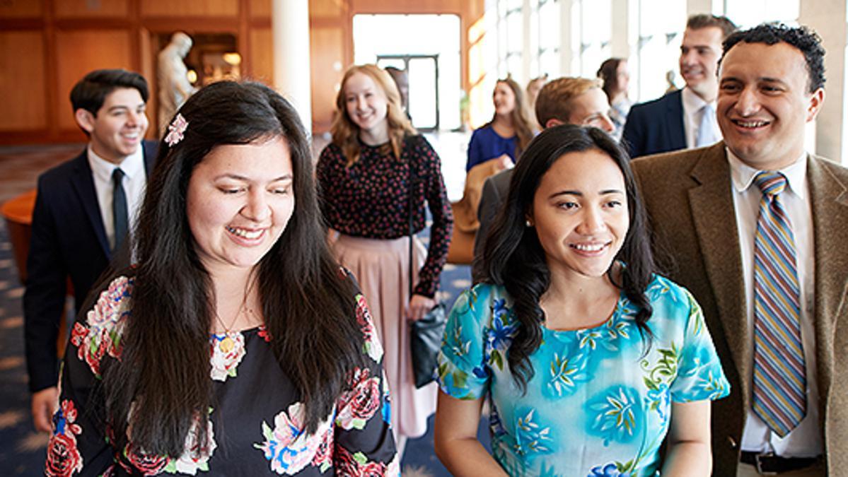 Junge Erwachsene im Konferenzzentrum in Salt Lake City; am Sonntag, dem 12. Januar 2020 um 18:00 Uhr Ortszeit Salt Lake City findet eine weltweite Andacht statt