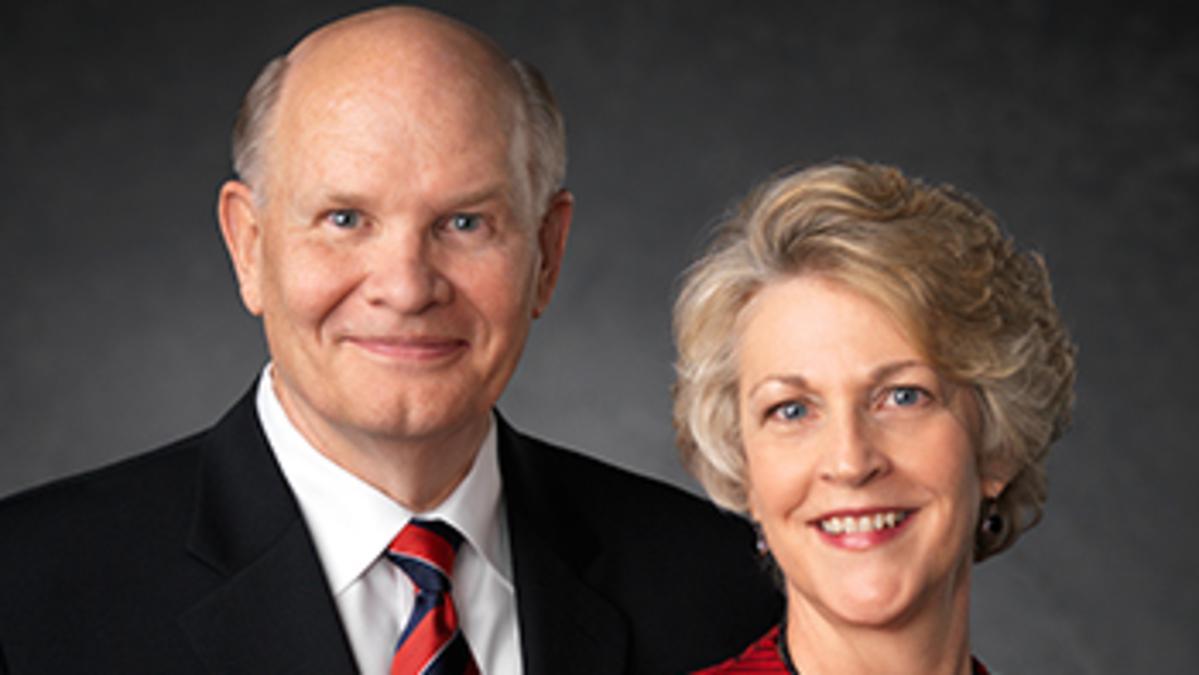 Elder Dale G. Renlund vom Kollegium der Zwölf Apostel und seine Frau, Ruth L. Renlund