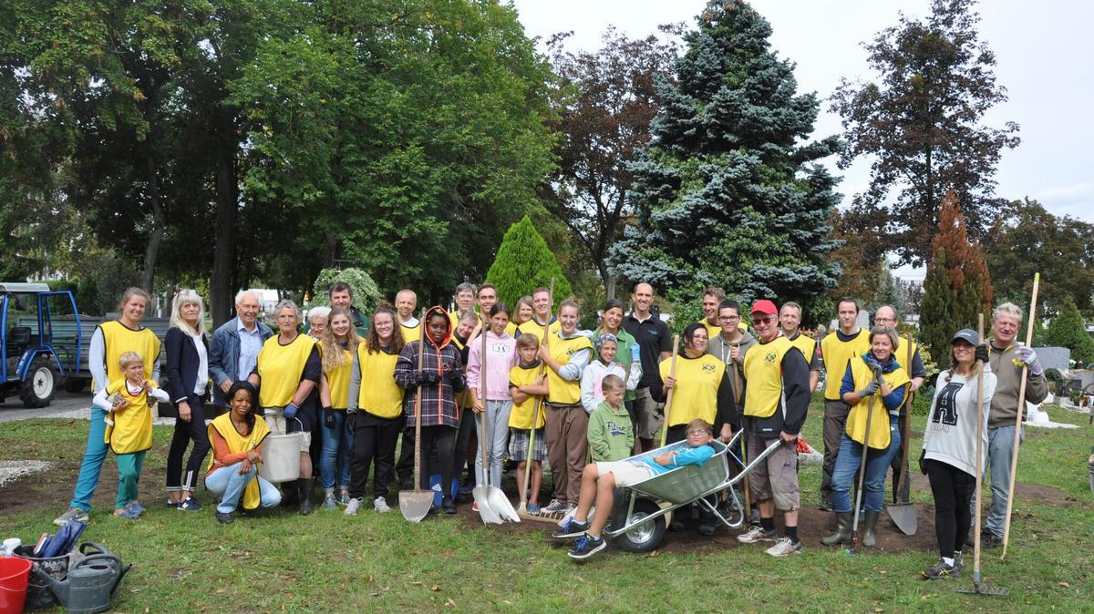 Gemeindemitglieder aus Wels bei ihrem Friedhofs-Projekt 2018