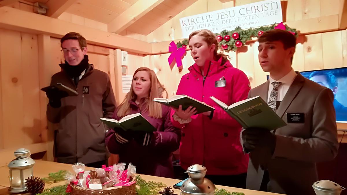 Junge Damen und Missionare am Adventmarkt Wels