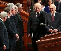 Präsident Russell M. Nelson und seine Ratgeber, Präsident Dallin H. Oaks (links), Erster Ratgeber in der Ersten Präsidentschaft, und Präsident Henry B. Eyring (rechts), Zweiter Ratgeber in der Ersten Präsidentschaft, betreten das Konferenzzentrum