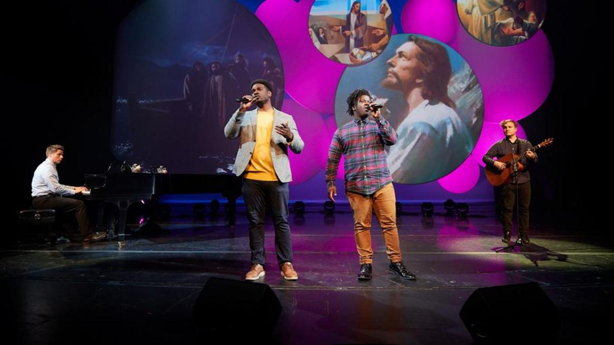 Yahosh et Oba Bonner, deux frères venant d'une famille de musiciens talentueux, interprètent « Peace in Christ »