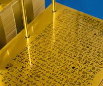 Eine Nachbildung der Goldenen Platten
