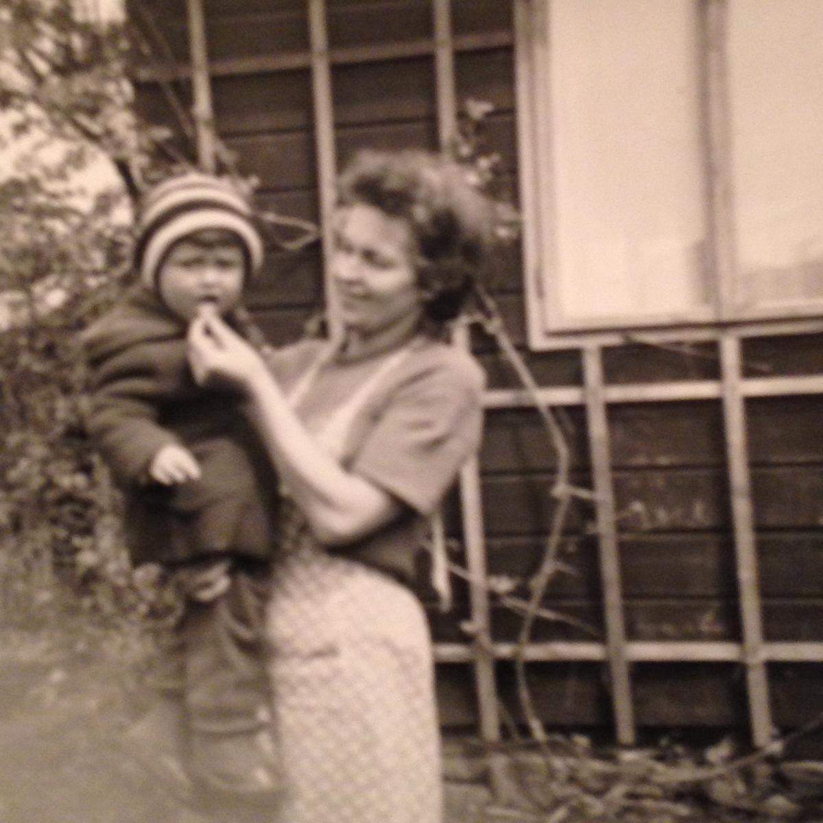 Katharina Schubernigg mit Isabella (2) vor ihrer Übersiedlung nach Wien