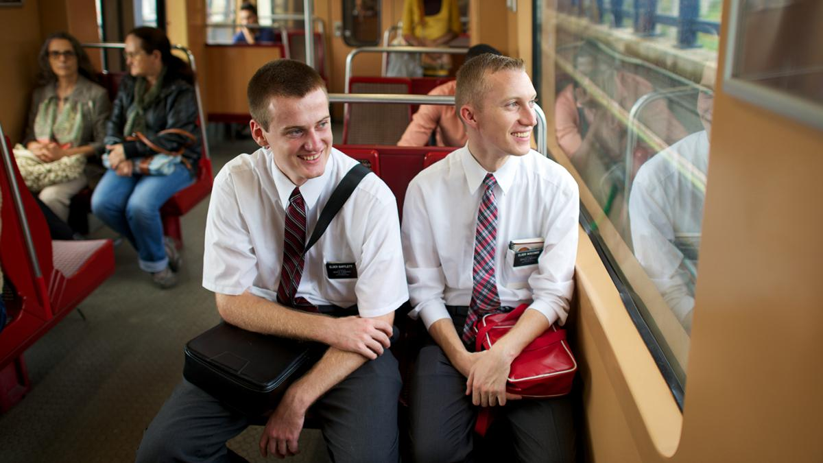 Die Missionare der Mormonen verbringen ihre Zeit damit, anderen zu dienen und ihnen das Evangelium Jesu Christi zu predigen.