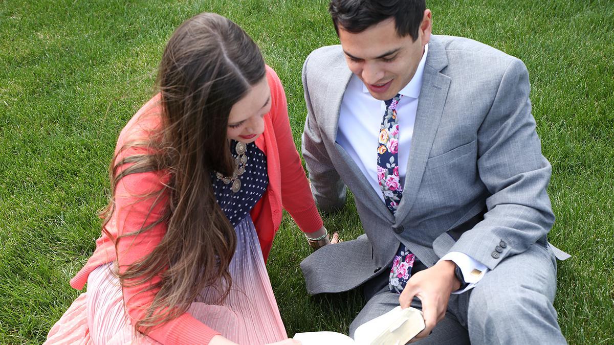 Mormonen geloven dat we een nieuw gezin stichten als een man en een vrouw met elkaar trouwen. Mormoonse gezinsrelaties worden sterker door toewijding aan Jezus Christus.