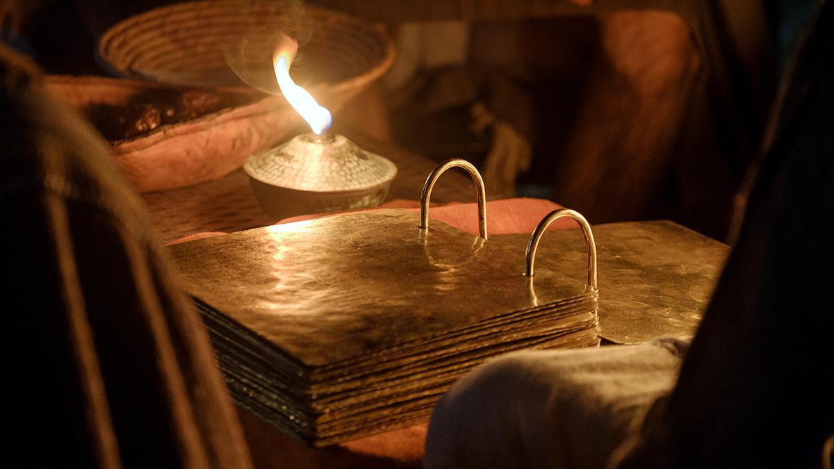 Das Buch Mormon wurde in alter Zeit auf goldenen Platten geschrieben.