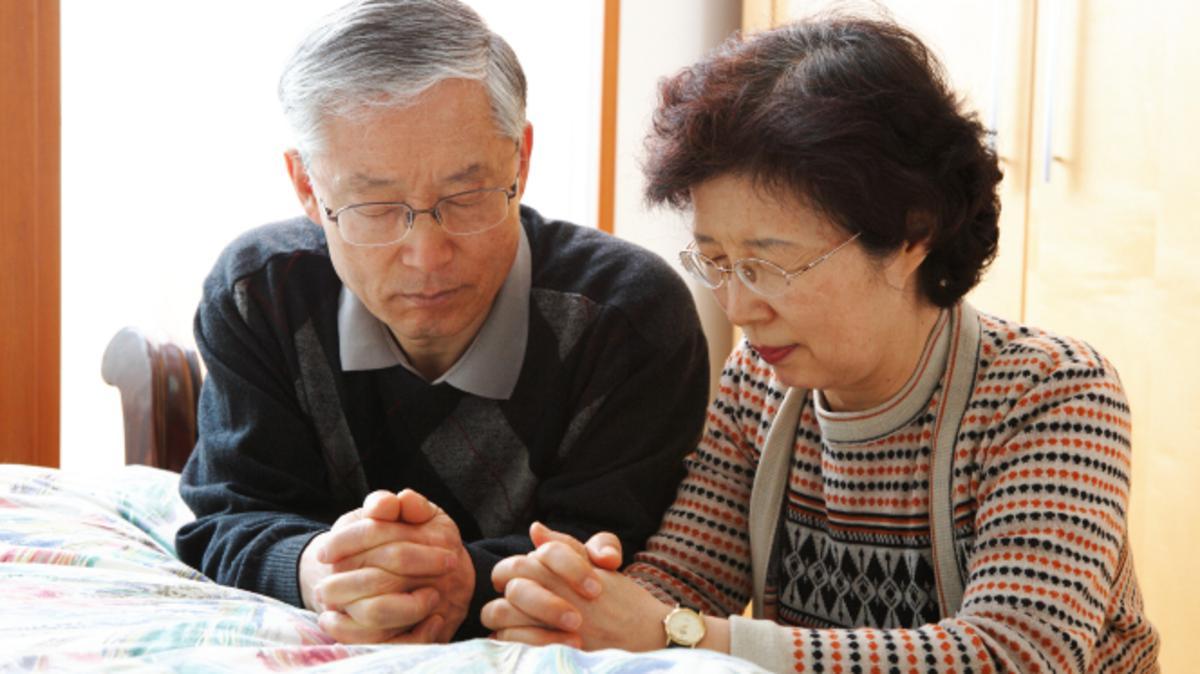 Ein Ehepaar betet miteinander