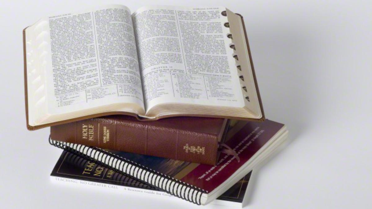 Die Mormonen verwenden neben der Einheitsübersetzung der Bibel drei weitere heilige Schriften, nämlich das Buch Mormon, Lehre und Bündnisse und Die köstliche Perle