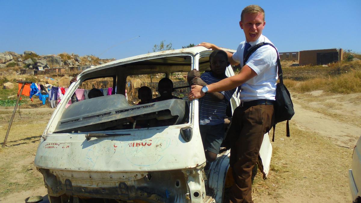 Kaputte Autos als 'Spielplatz' für Kinder in Zimbabwe