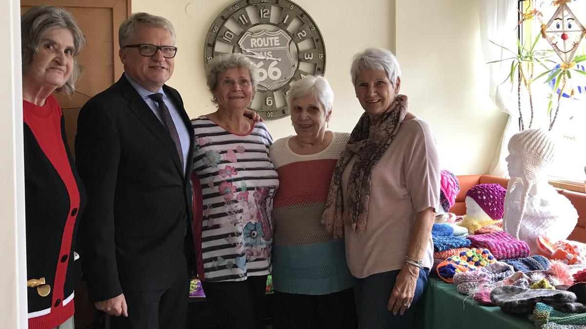Bürgermeister Luger freut sich zusammen mit Schwester Richter (links) und ihre Freundinnen über den Erfolg der Strickinitiative.