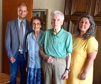 Bischof André Merl und FHV-Leiterin Sonja Miesbauer gratulieren Inge und Rupert Fuchshofer aus der Gemeinde Linz zu ihrem 70. Hochzeitstag.