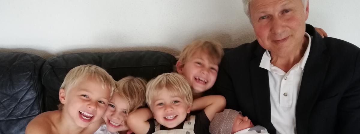 Nur ein kleiner Teil der 'großen Familie': Markus Gappmaier mit Enkelkindern