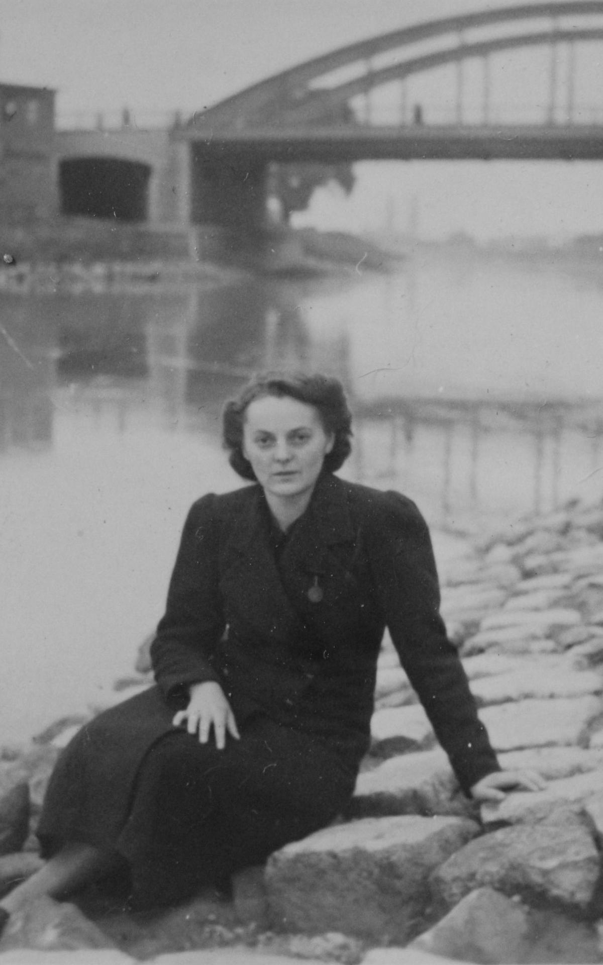 Friederike Mayrl musste wegen ihrer Tuberkuloseerkrankung ihr Kind immer wieder anderen Müttern zur Pflege überlassen. Hier eine Aufnahme aus dem Jahr 1944.