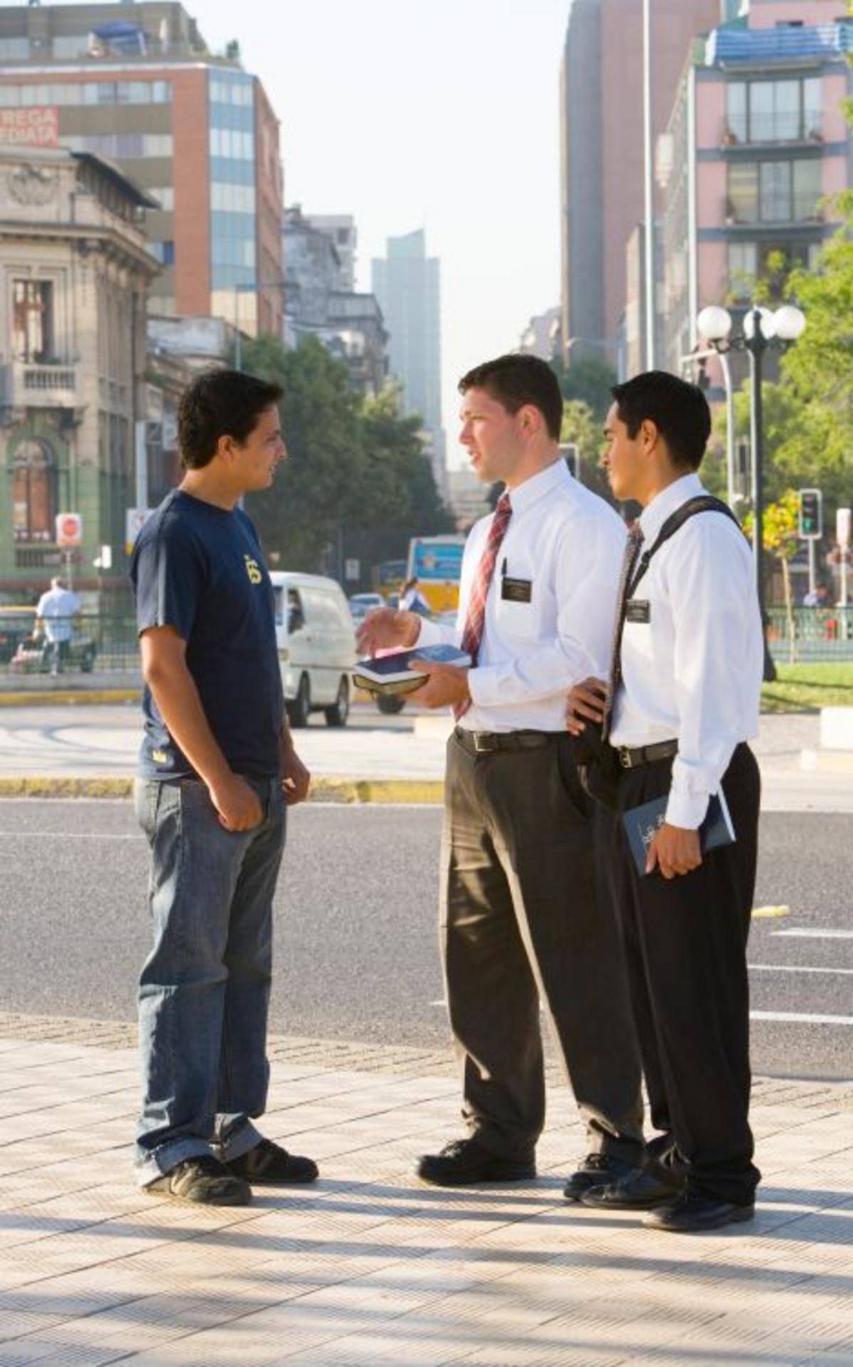 Missionare sprechen mit einem jungen Mann