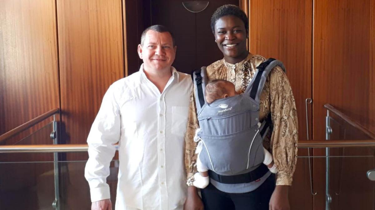 Christian Höninger wurde vom Beispiel seiner Frau Sandra berührt und ging in Nigeria mit zu den Gottesdiensten ihrer Heimatgemeinde. Nun ist er selbst ein getauftes Mitglied der Kirche.