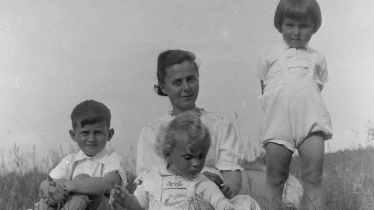 Tante Mitzi umsorgte und liebte nicht nur ihre beiden Kinder auch ihren Neffen Peter (links).