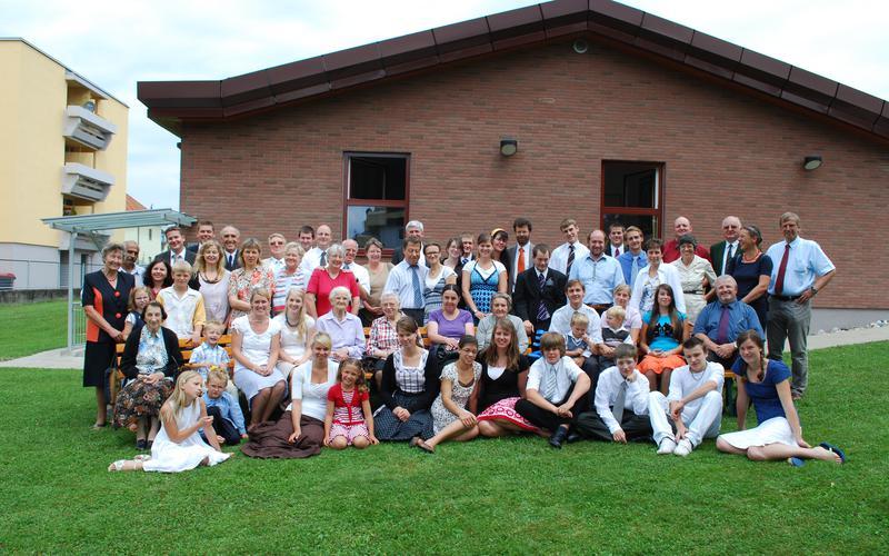 Klagenfurter Mitglieder vor dem Gemeindehaus