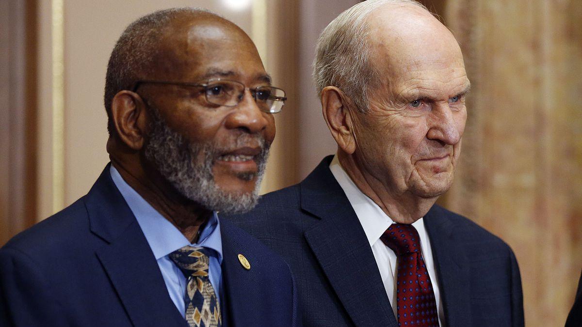 Präsident Russell M. Nelson mit Rev. Amos C. Brown während einer Pressekonferenz in Salt Lake City am 17. Mai 2018.
