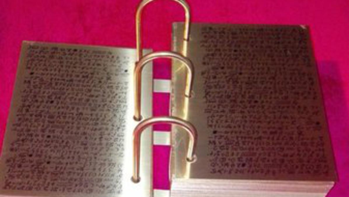 Eine Nachbildung der Goldenen Platten des Buches Mormon