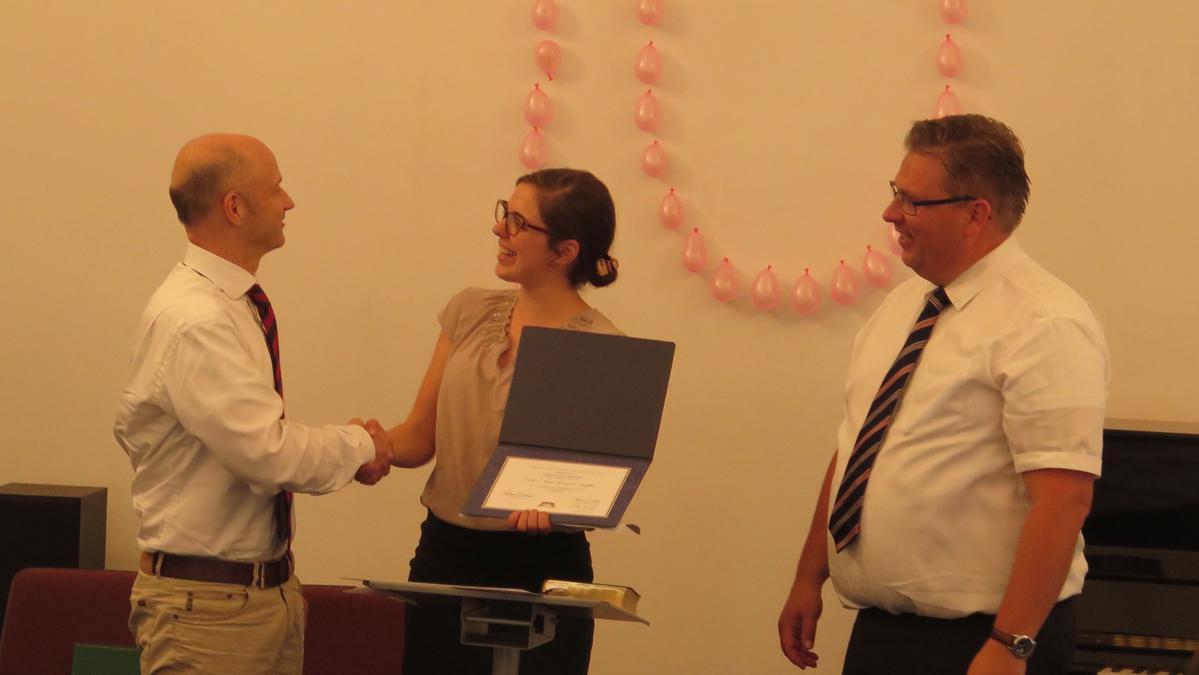 Auch Institutsleiterin Esther Duffles erhielt für den erfolgreichen Abschluss ihres Institutskurses eine Urkunde.