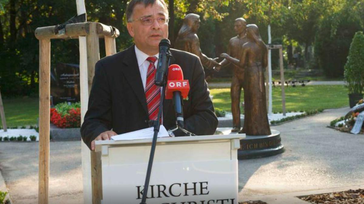 Viktor Wadosch, Präsident des Österreichischen Kirchenvorstandes der Kirche Jesu Christi der Heiligen der Letzten Tage, vor dem Denkmal inmitten der Begräbnisstätte der Kirche auf dem Wiener Zentralfriedhof.