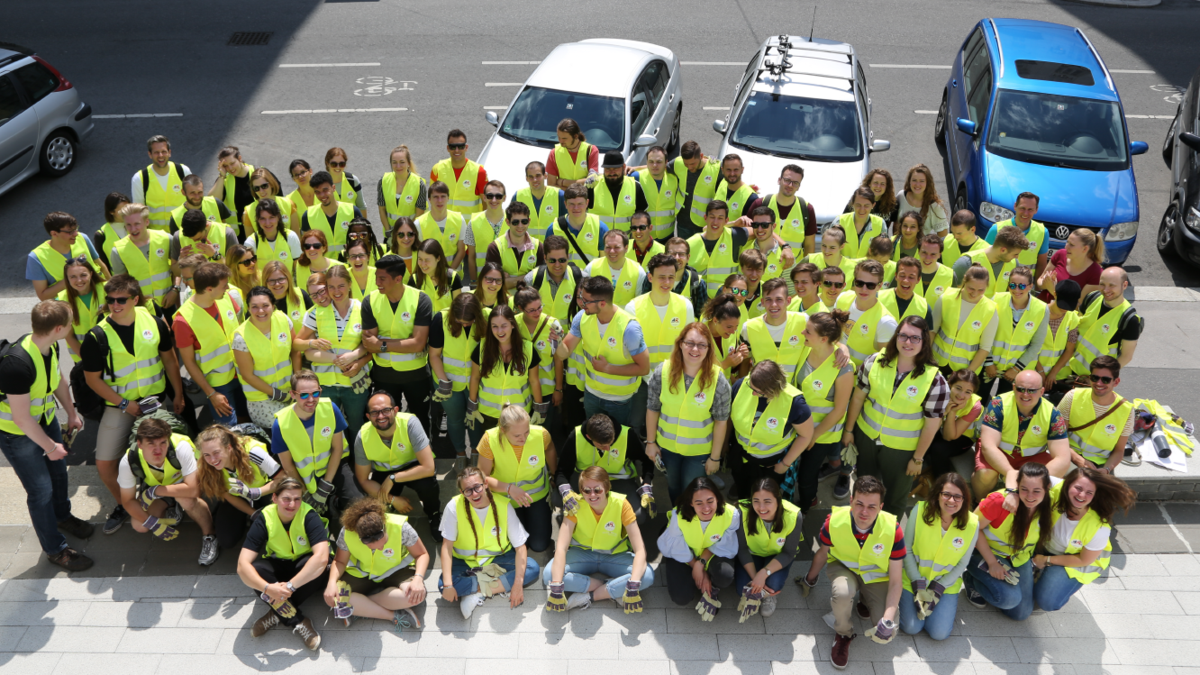 Beim Dienstprojekt trugen die JAEs die gelben Westen 'Mormon Helping Hands'
