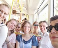 Junge Alleinstehende Erwachsene fahren im Bus durch Wien