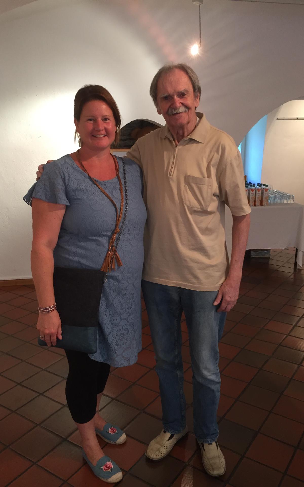 Der Künstler mit Sabine Steiner, der Vertreterin von 'Herzinder' Kärnten.