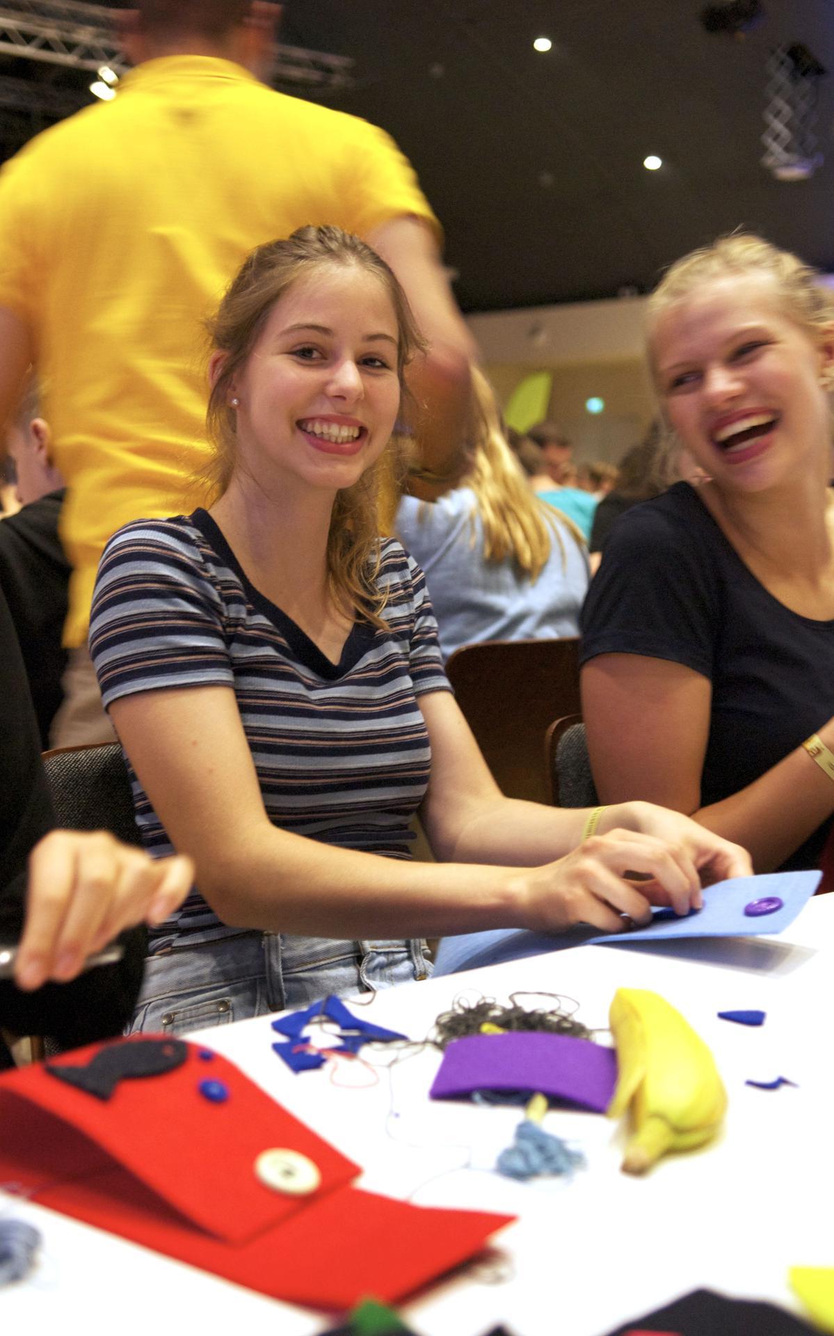 Junge Damen aus Deutschland bereiten eine Aktivität vor