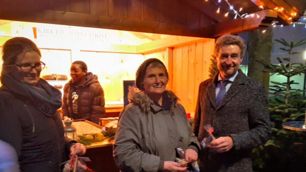 Theresa Grosz, Brigitte Schmidl und Vizebürgermeister Gerhard Kroiss vor - Stella Unuarhemhen in der Adventhütte.