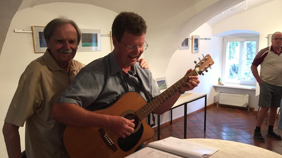 Der Bischof der Gemeinde Klagenfurt Heinz Mauch sorgte mit seiner Gitarre während der Vernissage für Stimmung.