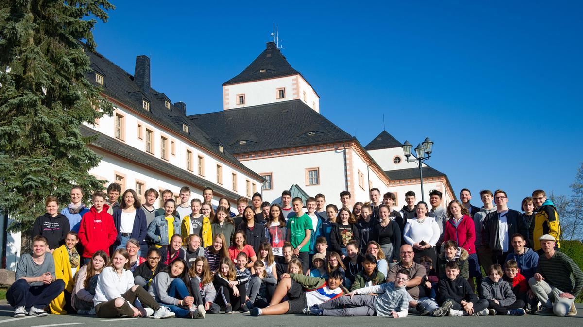 Die TeilnehmerInnen der Jugendtempelfahrt vor der Jugendherberge Schloss Augustusburg in Freiberg