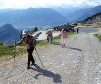 Ältere Alleinstehende genießen eine Wanderung in den Bergen