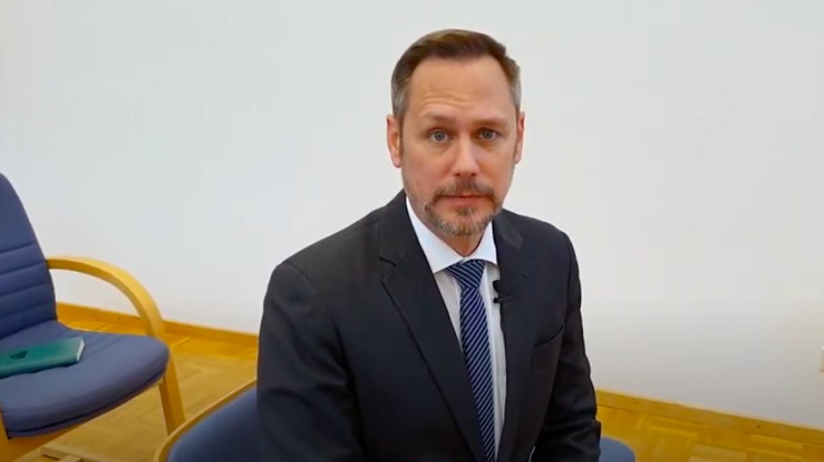 Ein Mitglied der österreichischen Kirchenführung erklärt die Vorsichtsmaßnahme, unter denen zur Zeit Gottesdienste abgehalten werden können.