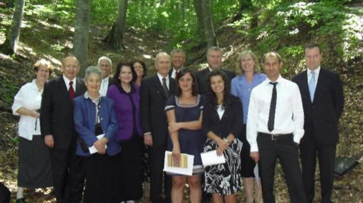 Elder Russel M. Nelson weiht 2008 den Kosovo für die Verkündigung des Evangeliums