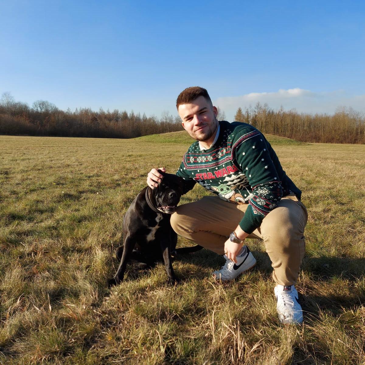 Natanael Ausobsky mit seinem Hund Zara