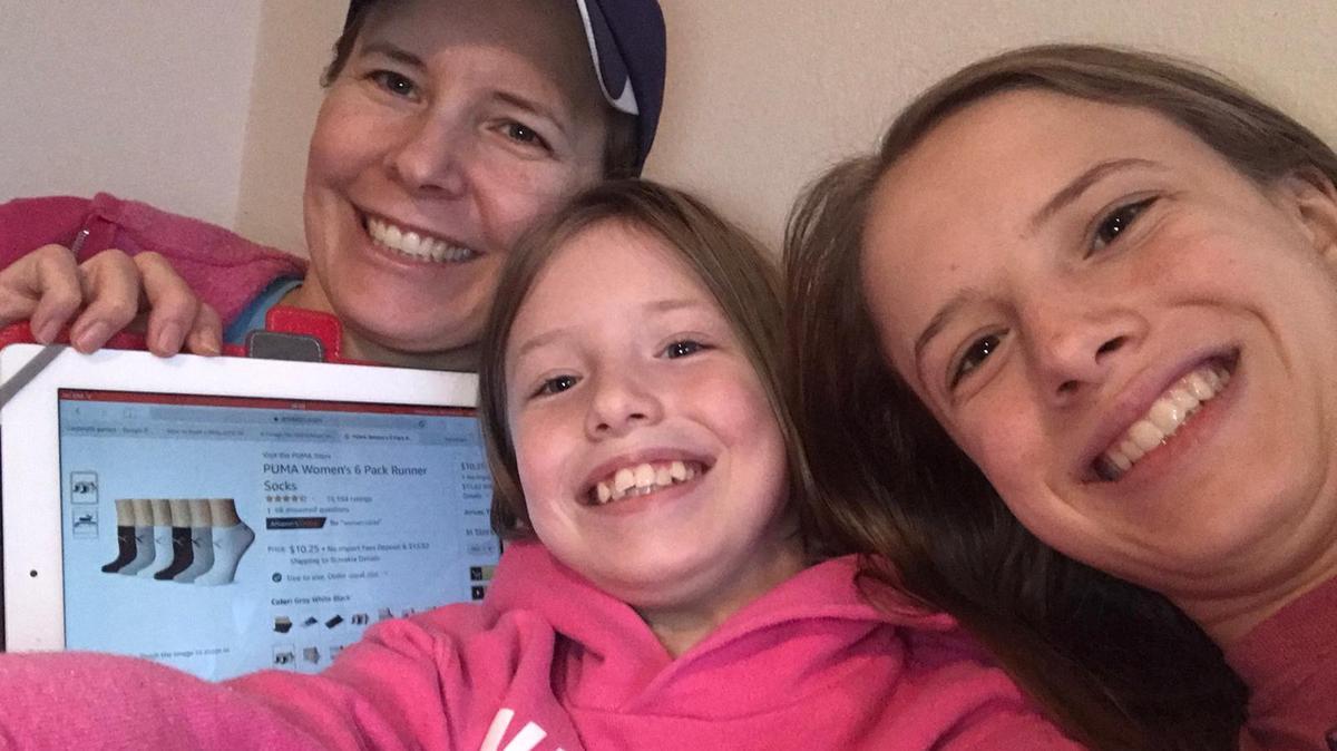 Familie Duerden beim Online Einkauf für Obdachlose. Im Bild: Junge-Damen-Ratgeberin Schwester Rommey Duerden und ihre Töchter Petra (11) und Britannia (14).