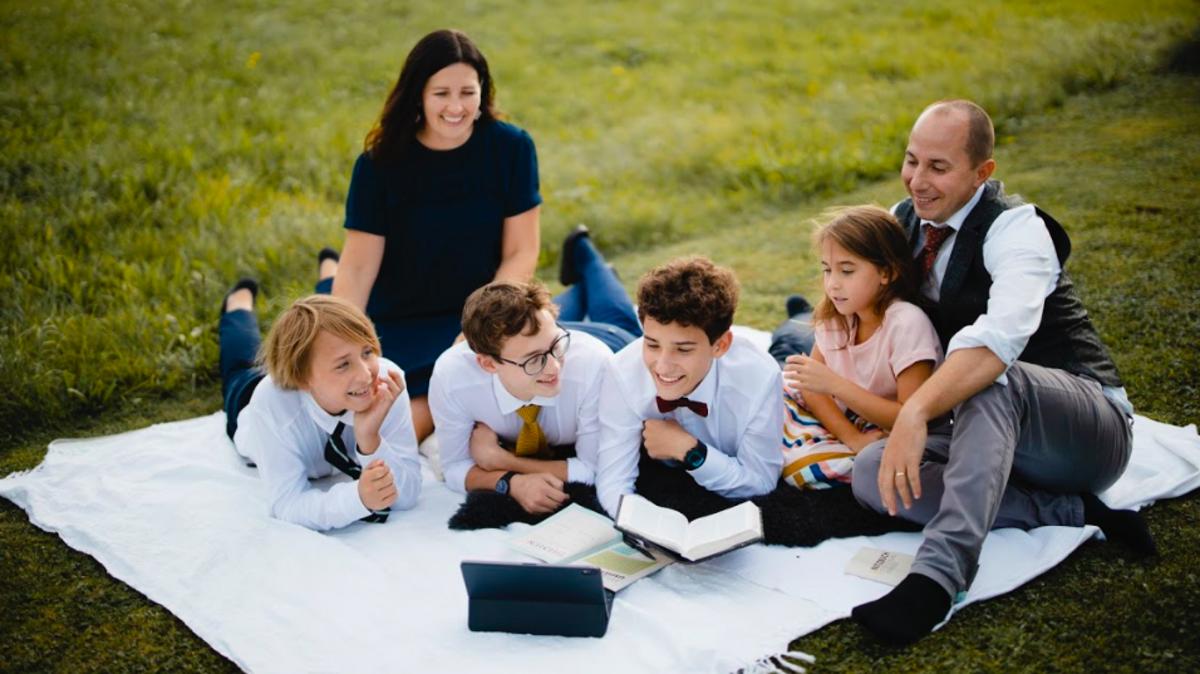 David und Maria Roth mit ihren vier Kindern.