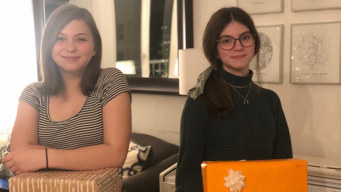 Die beiden Jungen Damen Brooklyn (13, links) und Hallie Miller (16) im beim Verpacken der Geschenkkartons für Obdachlose.