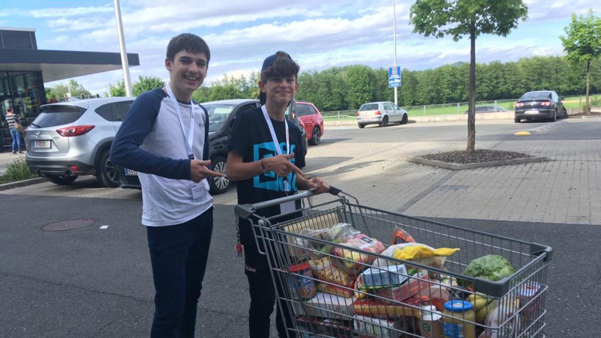 Anfangs war es ungewohnt für die Jungen Männer der Gemeinde Klagenfurt fremde Leute um Lebensmittel für Bedürftige zu bitten, doch sie taten es aus Liebe zu Gott und zu ihren Mitmenschen.
