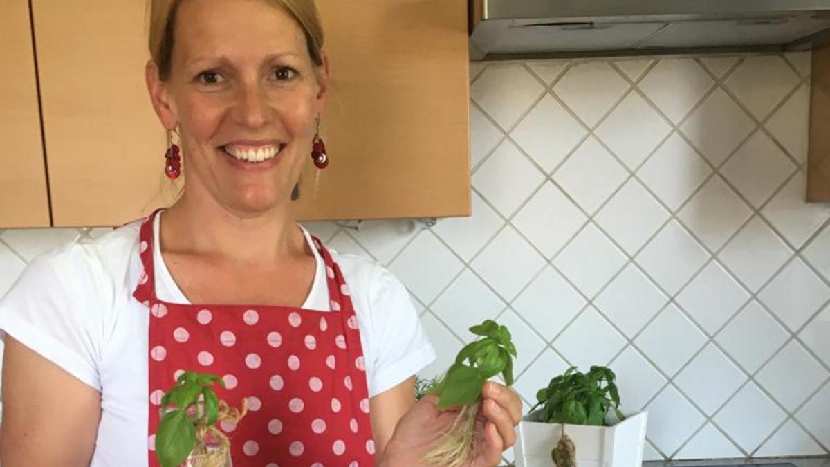 Schwester Alice Kaiser, Präsidentin der Frauenhilfsvereinigung Klagenfurt, präsentiert stolz ihren gut gepflegten Basilikum.