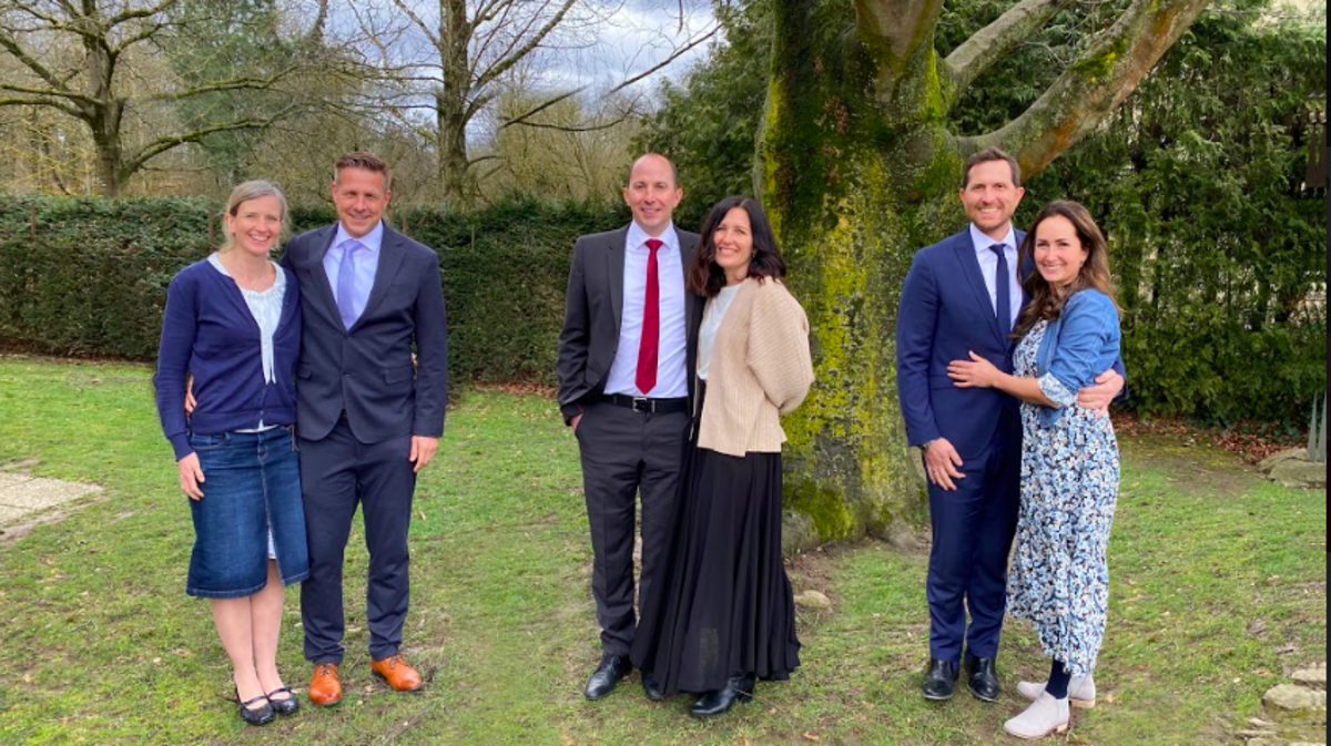Die neue Präsidentschaft des Pfahles Salzburg: André Bildhäuser, David Roth und Samuel Kellner-Steinmetz mit ihren Ehefrauen.