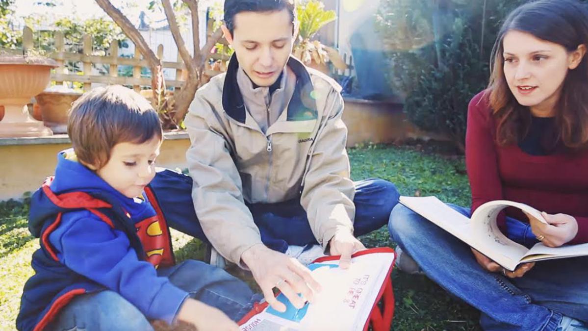 Eine junge Familie spricht mit ihrem Sohn.