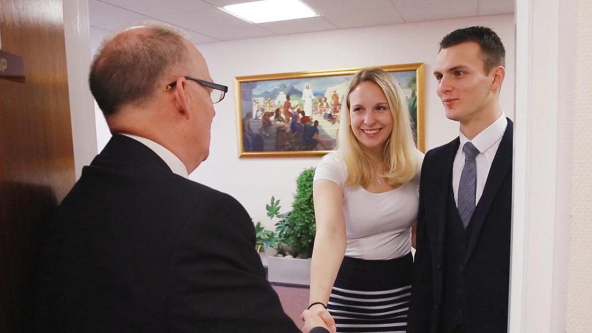 Ein Ehepaar übergibt dem Bischof seinen Zehnten