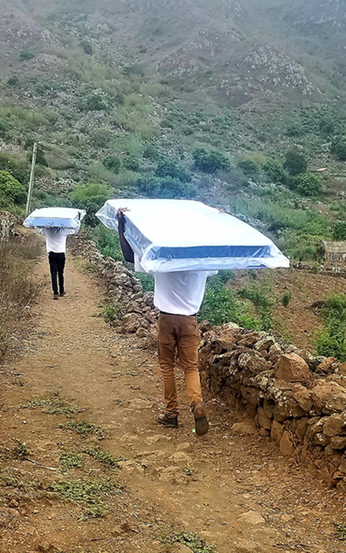 Mormoonse zendelingen leveren matrassen in de bergen.
