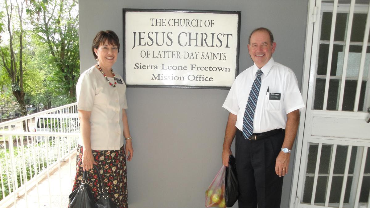 Starješina i Sestra Randall kod kancelarije Misije Sierra Leone.